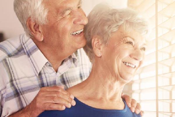 Pareja de la tercera edad contentos de la atención a pensionados para reclamar su mesada pensional